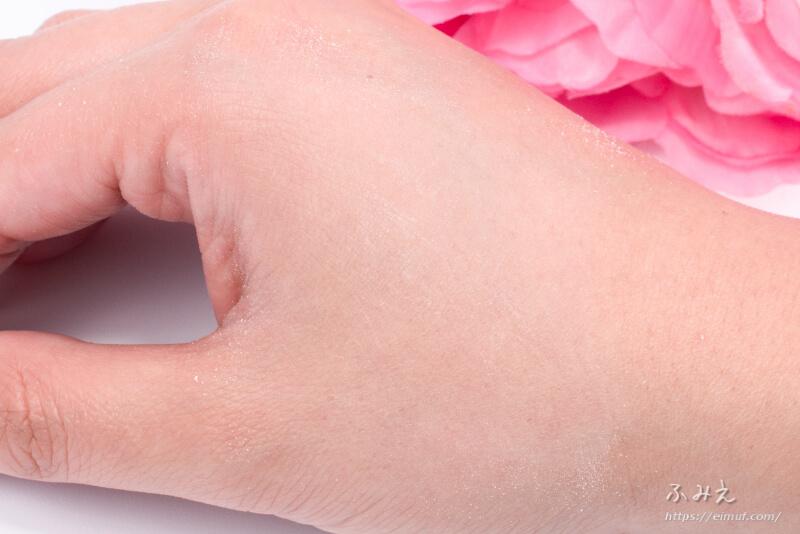 プリマヴィスタ ひんやり実感おしろい を手の甲に塗ってみた