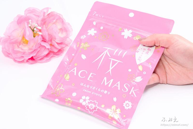 京びあん フェイスマスク桜(はんなりさくらの香り) パッケージを手に持ってみた