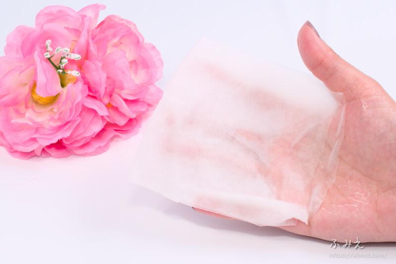 京びあん フェイスマスク桜(はんなりさくらの香り) を1枚手のひらに出してみた