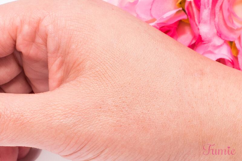 マキアージュ ドラマティックジェリーコンパクト #03(自然~濃いめの肌色) を手の甲に塗ってみた