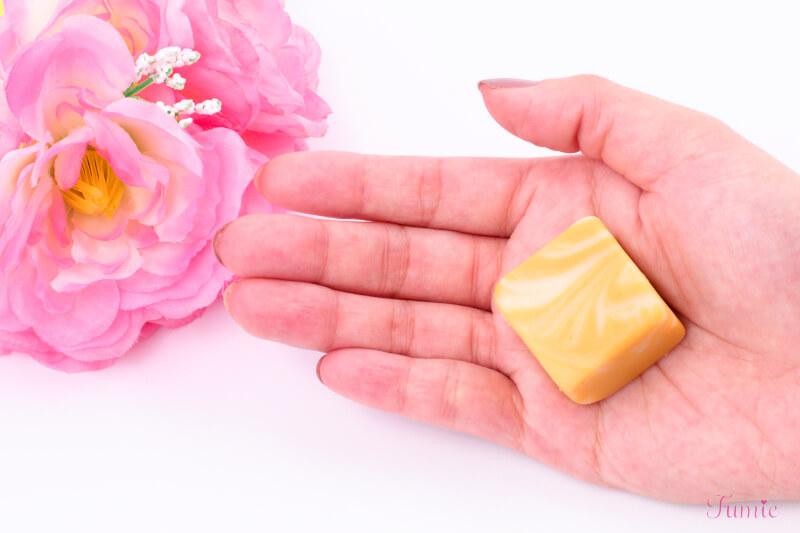 首里石鹸 ボタニカルハンドメイドソープ CUBE石鹸 8つセット (果実) を手のひらに出してみた