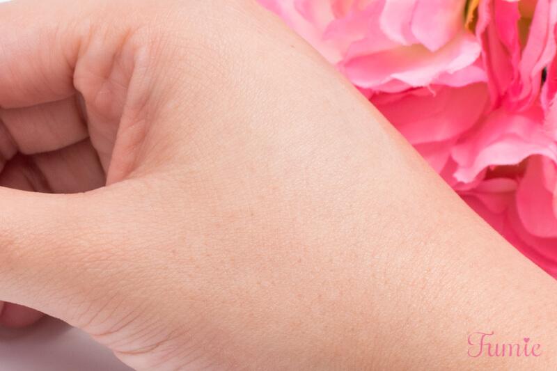 Ettusais(エテュセ) スキンケアパウダーを手の甲に塗ってみた