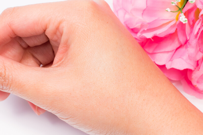 ニベア モイスチャーリップ(UV) を手の甲に塗ってみた