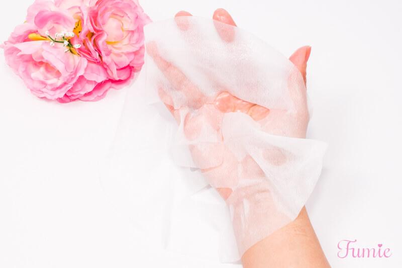 クリアターン 美肌職人 白苺薫るマスク を手のひらに広げてみた